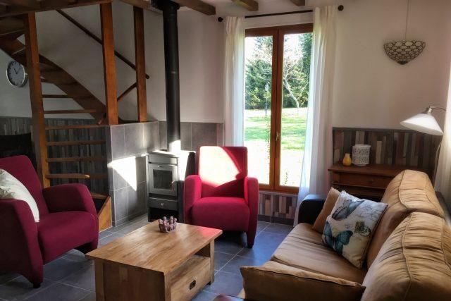 huiskamer vakantiehuisje Porcherie,  Liabaquet gîtes et camping, 24270 Sarlande, Frankrijk. Anita en Tom Hermens.